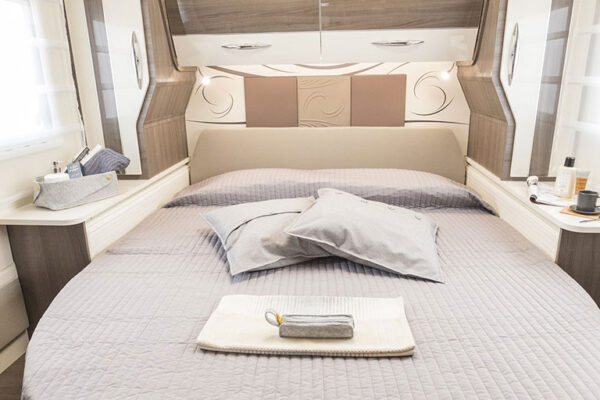 Camping-car_neuf_McLouis_MC4_881_2020_chambre