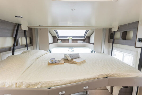 Camping-car_neuf_McLouis_MC4_881_2020_lit_pavillon